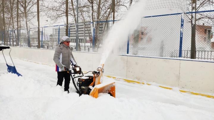 «Больше некому?»: Дмитрий Азаров лично почистил от снега каток около школы на Солнечной