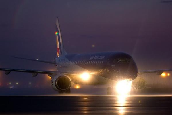 Самолет приземлился в 7:45 и не смог покинуть рулежную дорожку