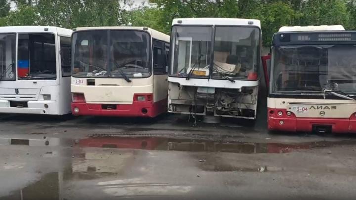 «Ржавые сараи»: инвалид из Челябинска снял кладбище автобусов и попросился в комиссию по транспорту