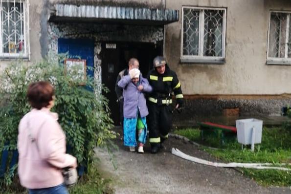 Видео: в доме на улице Кропоткина загорелась квартира— жильцов эвакуируют