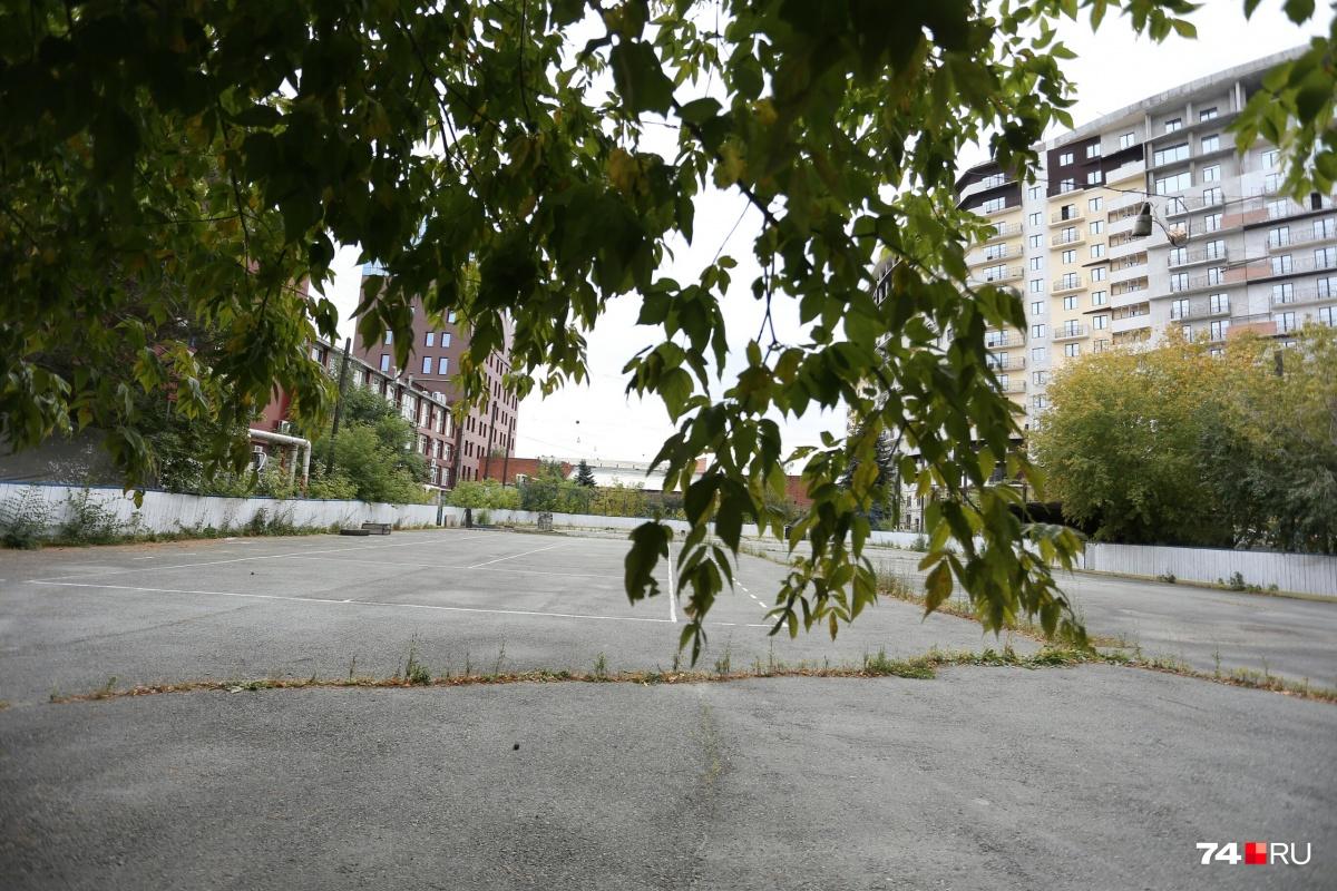 Хоккейная площадка находится между отелем «Парк Сити» и строящимся домом Gagarin residence