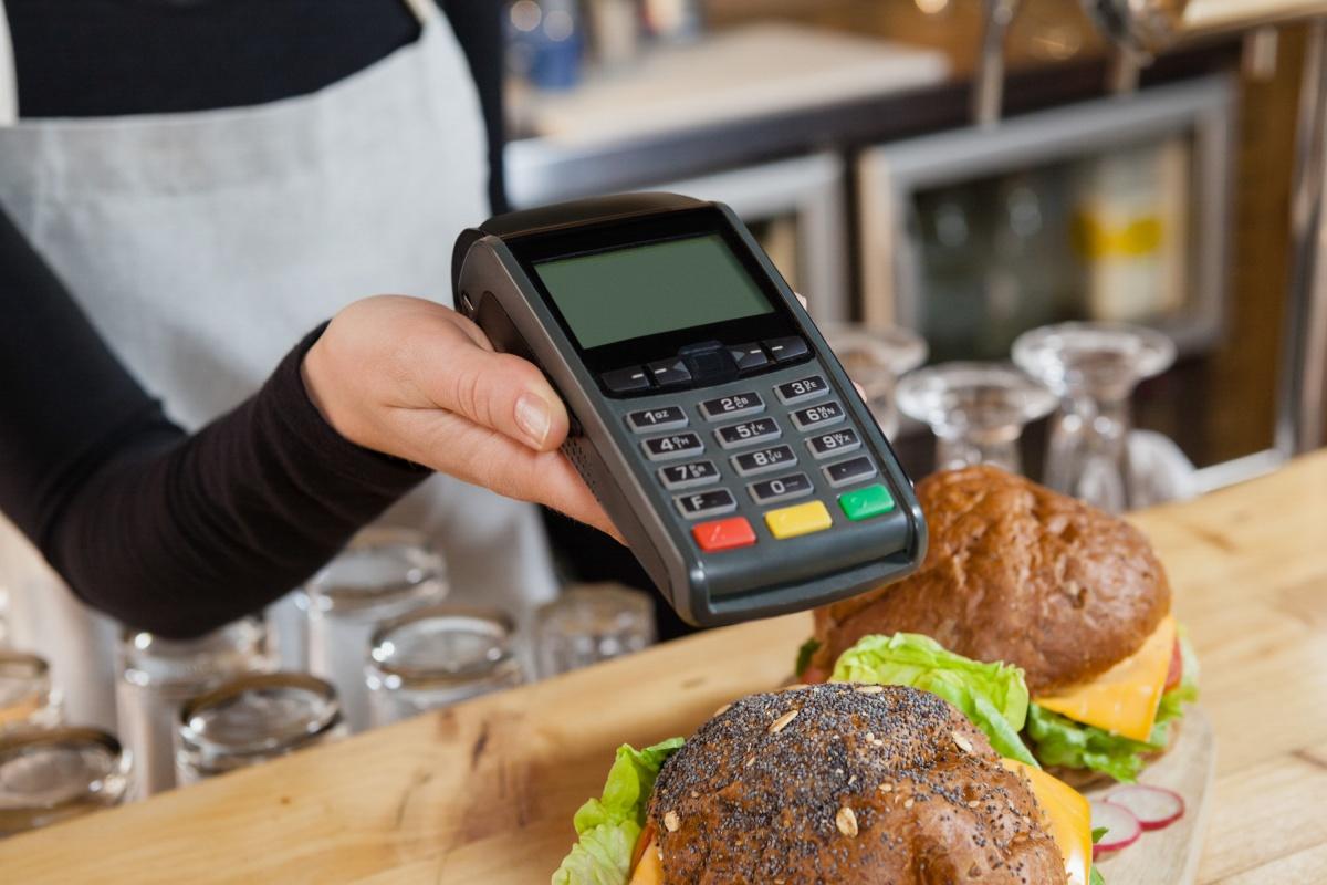 Наличие терминала для безналичного расчета обязательно для предприятий быстрого питания