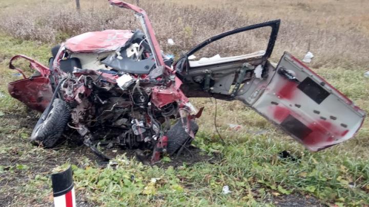 Три человека погибли на трассе Тюмень — Екатеринбург. Их машина врезалась в фуру