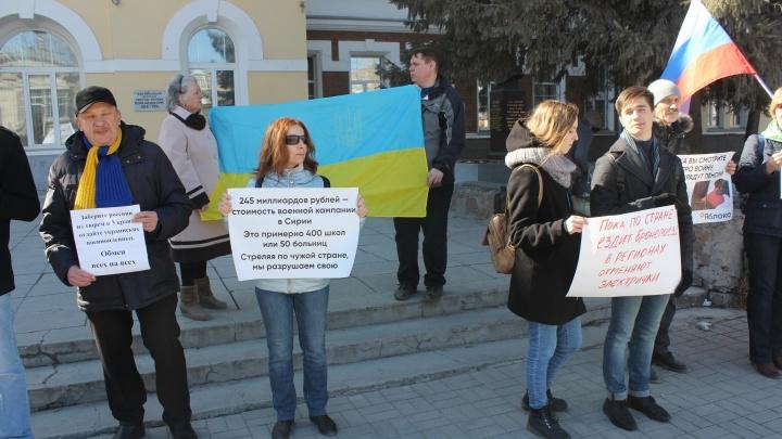 «Стреляя по чужой стране, мы разрушаем свою»: антивоенный пикет прошёл в центре Новосибирска