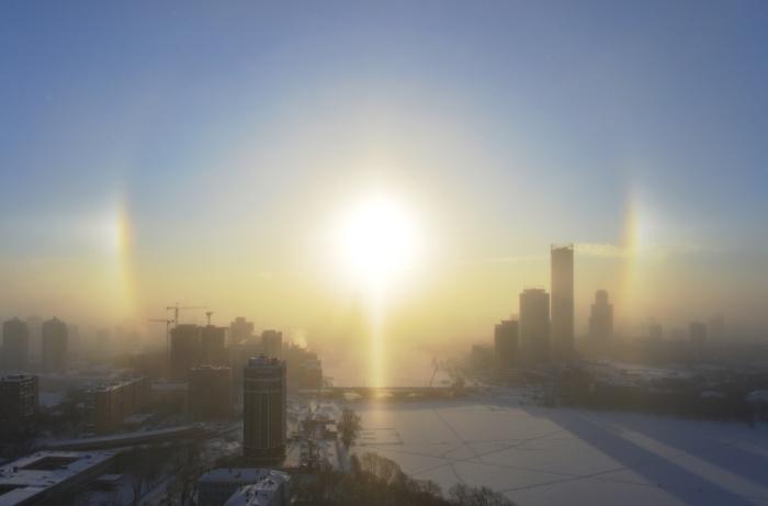 Над центром города в небе как будто появилось светящееся кольцо