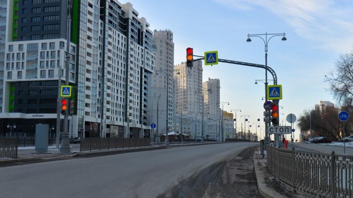 ГИБДД признала выезды из дворов на новую улицу Татищева опасными