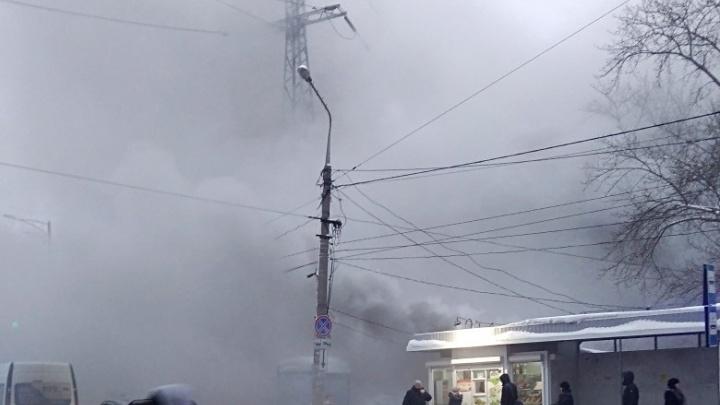 «Дым на весь микрорайон!»: на Ново-Вокзальной — Московском шоссе горел продуктовый рынок
