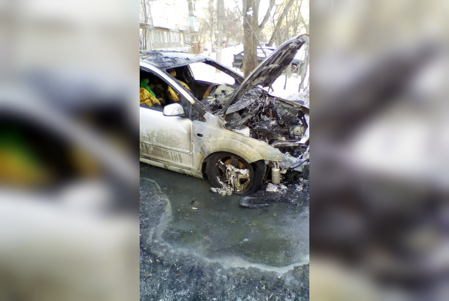 Огонь уничтожил моторный отсек автомобиля и серьёзно повредил салон