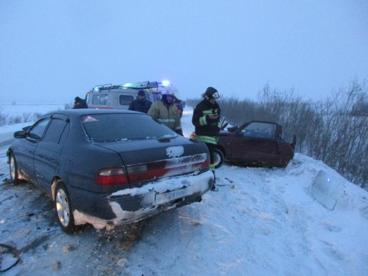 Cотрудники экстренных служб вНовосибирской области разрезали крышу «Оки» и вытянули пострадавшего водителя