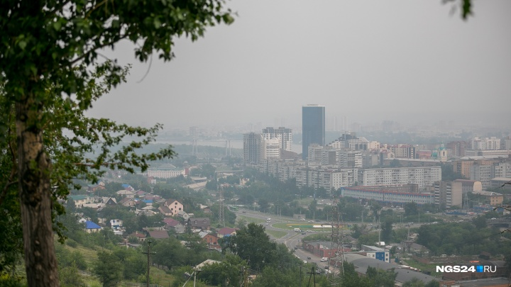 Дошел до Урала и развернулся: сменивший направление ветер гонит дым обратно в Красноярск