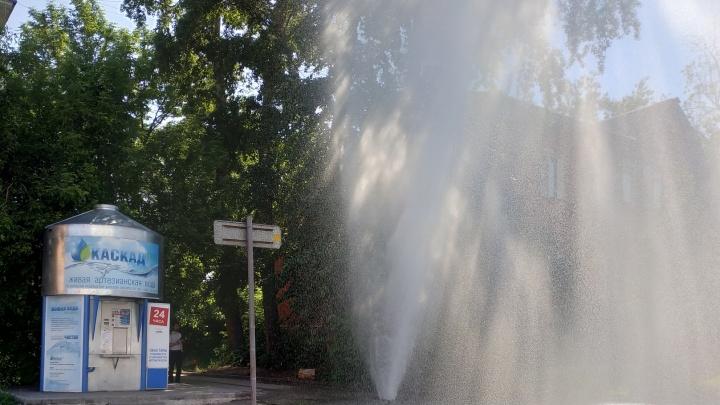 «Я успел машину помыть»: в Перми фонтан воды пробил асфальт