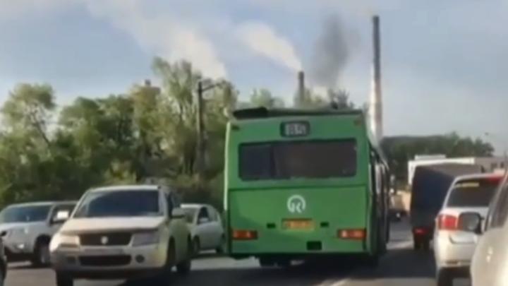 Дерзкий водитель автобуса рванул мимо пробки по встречной полосе