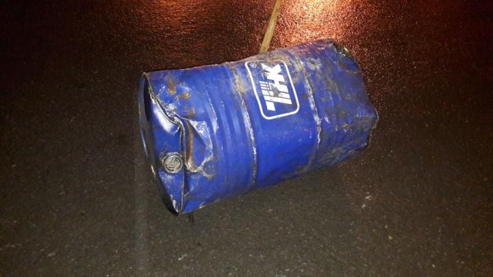 Выпавшая из фуры бочка с соляркой отлетела в стоящий Datsun