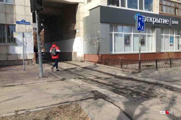 Мужчина переходил дорогу, когда со двора выезжала иномарка