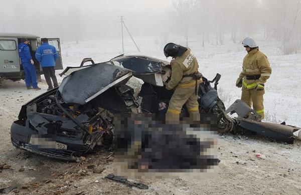 Два человека погибли в аварии на опасном повороте в Башкирии, «Лада-Приора» влетела в грузовик