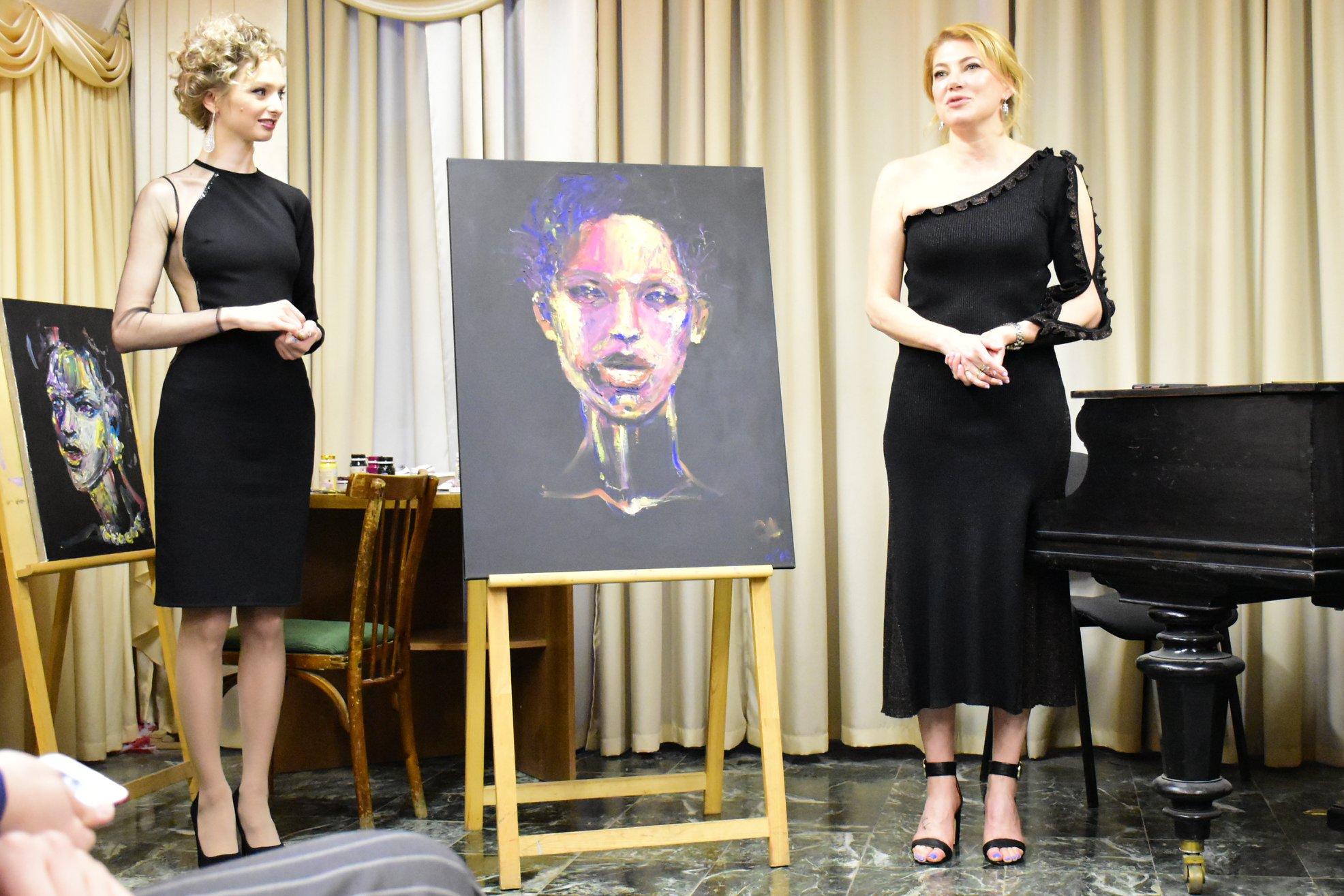 Дизайнер Мария Варламова из Екатеринбурга (справа) рассказала, что ее друг-фотограф из Лондона снимал Лагерфельда совсем недавно и кутюрье выглядел отлично
