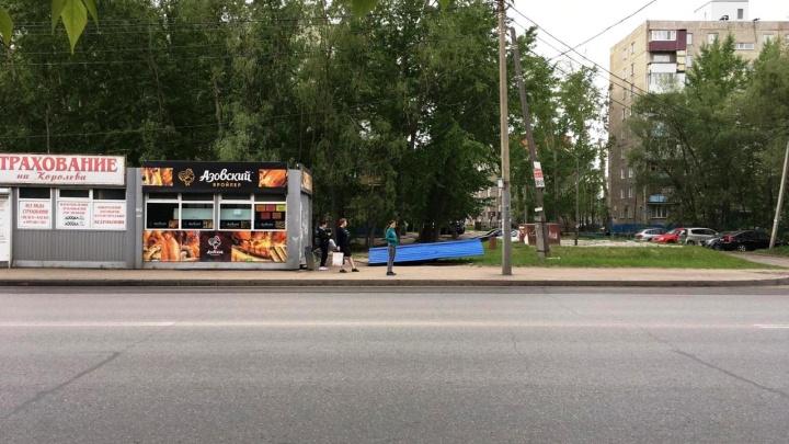 Прощайте, старые навесы: в Омске демонтируют киоски и опасные павильоны на остановках