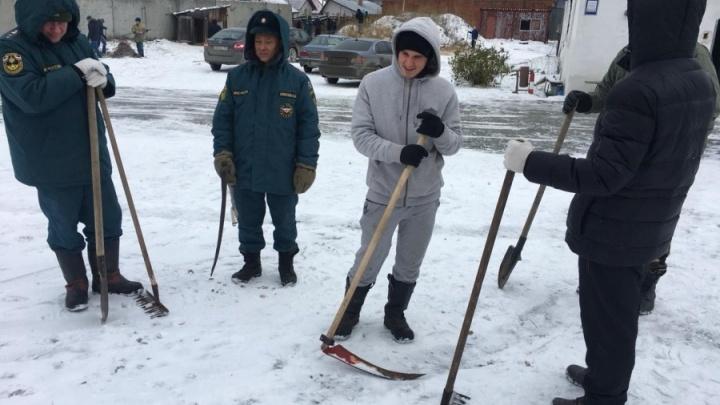 Уральский спасатель — о приказе косить снег: «Бабло попилили иубрали снег силами личного состава»