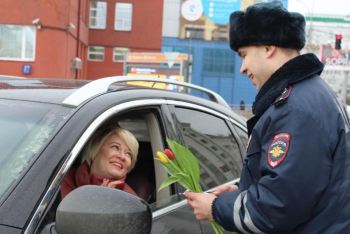 Автоинспекторы поздравили около 20 женщин