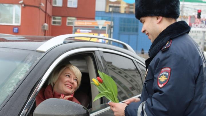 Инспекторы ГИБДД подарили автомобилисткам тюльпаны и конфеты