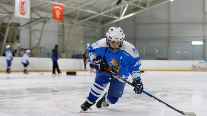 Не на чужие мы играем, на свои: в Волгограде родители сами сделали детям профессиональный хоккей