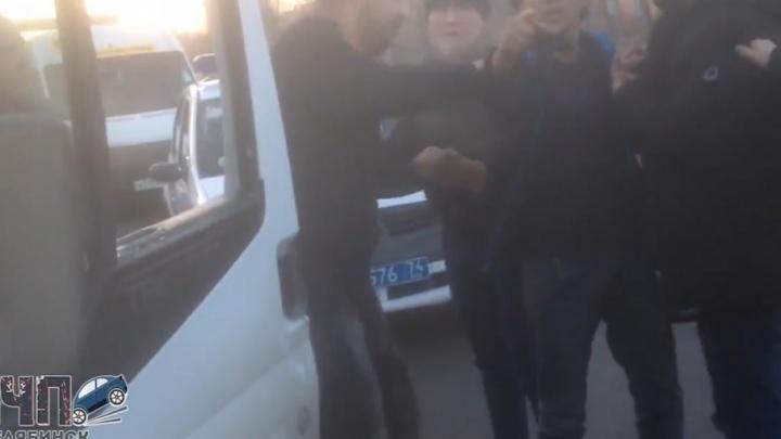 «Он его монтировкой»: в Челябинске водители маршруток устроили разборки на глазах у пассажиров