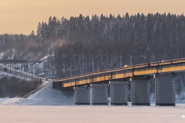 На мосту приходилось стоять долго, водители от скуки выходили в интернет