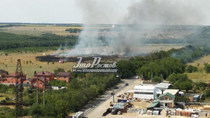 В районе Ростовского моря загорелось поле