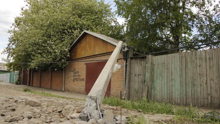 В Старом Кировске водитель Mitsubishi опрокинул столб на гараж и скрылся