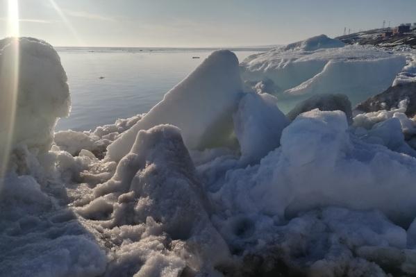 Полюбоваться глыбами льда, прибитыми к берегу, съезжаются со всего севера края