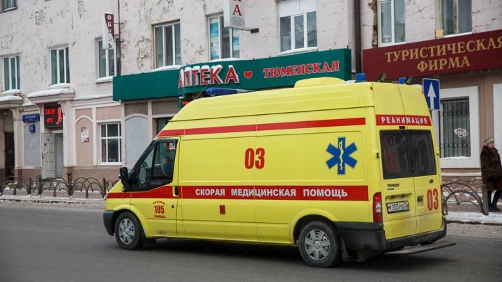 Скорая спасла жизнь 39-летнему тюменцу, который упал на стеклянную дверь шкафа и истекал кровью