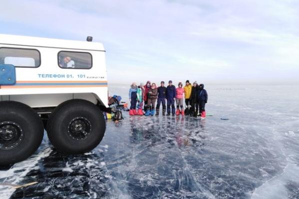 Группа передвигается по озеру Байкал на коньках