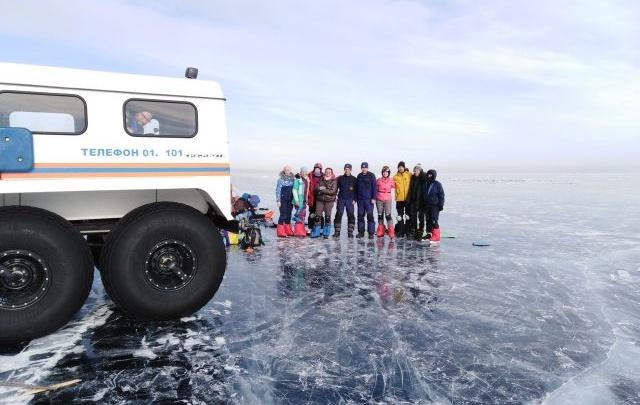 Спасатели помогли тюменцу, сломавшему ногу во время путешествия на коньках по Байкалу