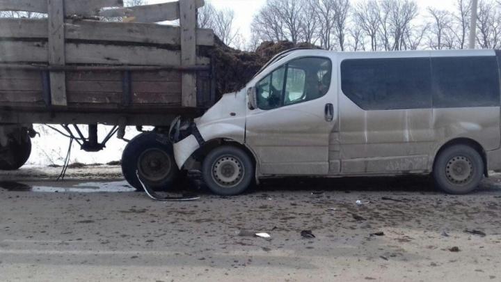 ДТП с душком: в Башкирии Opel врезался в груженый трактор, пострадали двое