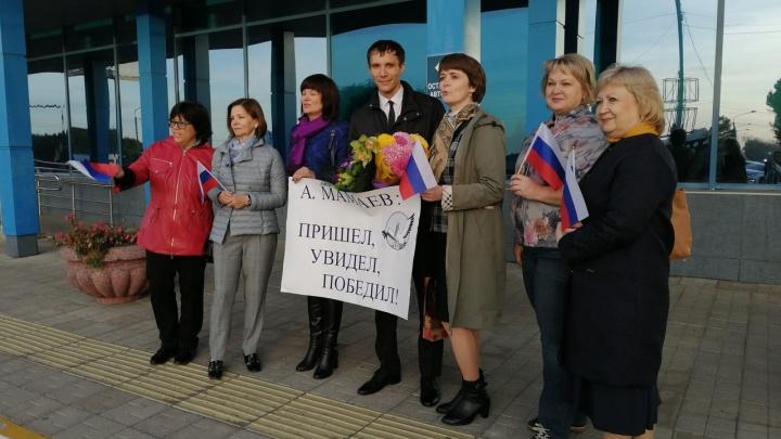 В Омск вернулся лауреат всероссийского конкурса «Учитель года»: встречаем его с NGS55.RU