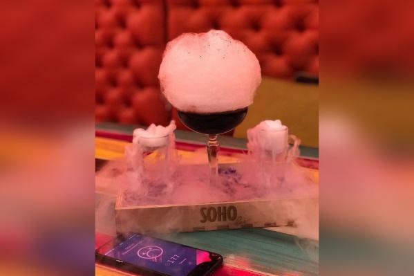 Сверху коктейль украшается сахарной ватой и посыпается активированным углём