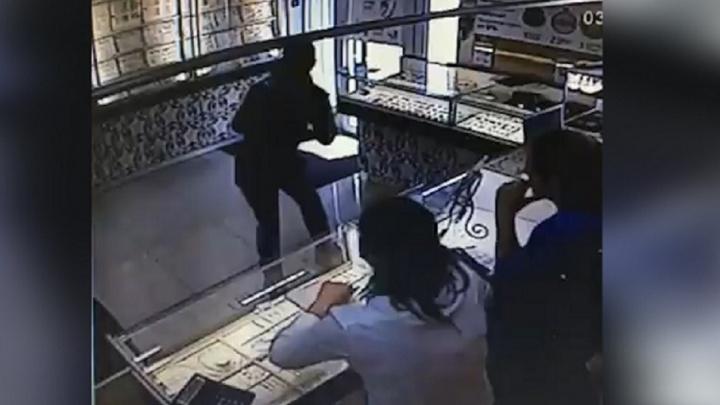 В Уфе молодой человек ограбил ювелирный магазин