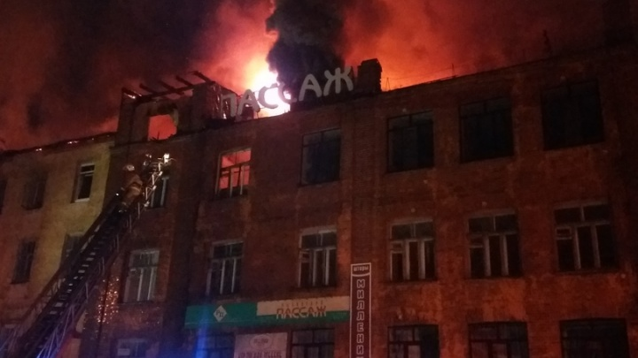 В Рыбинске полыхает торговый центр: жуткие кадры с места ЧП