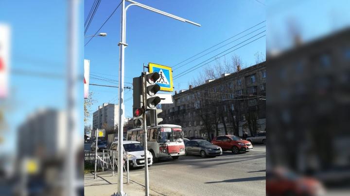 На Титова поставили столб, который закрыл мамам с колясками выход на пешеходный переход
