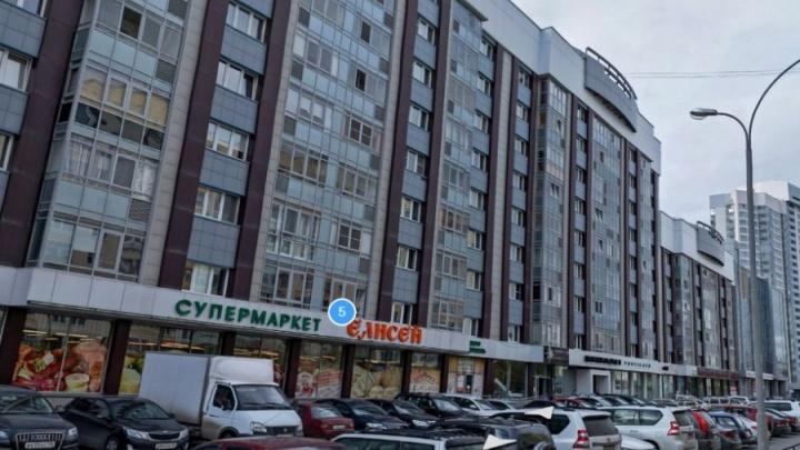 Жильцы элитных домов на Юмашева ополчились на УК из-за дорогой коммуналки и грязи в подъездах