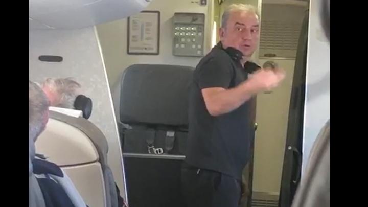 Пассажиров спасали нашатырём: самолет с группой «Чайф» на борту превратился в парилку