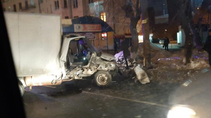 «Ехали очень медленно»: столкновение грузовиков парализовало движение на крупной улице в Челябинске