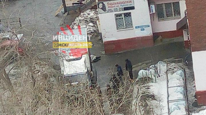 На Масленникова водитель грузовика сбил насмерть пешехода во дворе дома