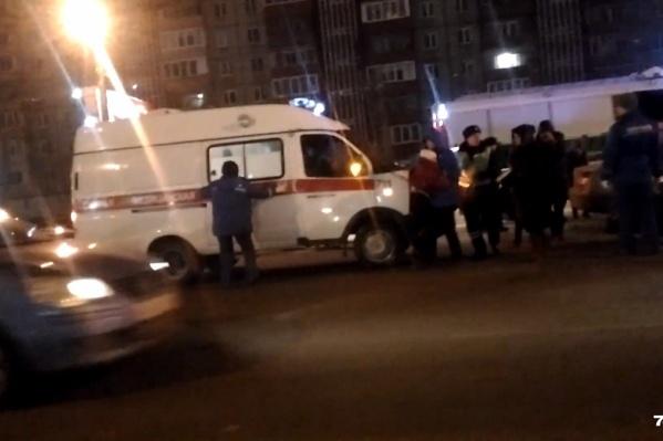 Одну из девочек при ДТП зажало в такси. Её достали спасатели и передали медикам