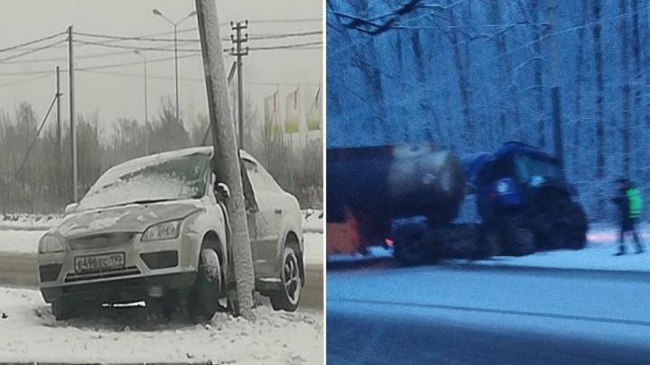 Бум утренних ДТП: в Ярославле машины вылетают с дорог