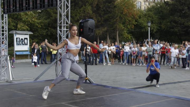 Новосибирцы вышли танцевать на площадь Ленина для шоу на ТНТ