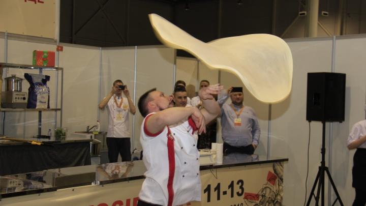 Три пиццайоло из Новосибирска быстрее всех растянули тесто на чемпионате в Москве
