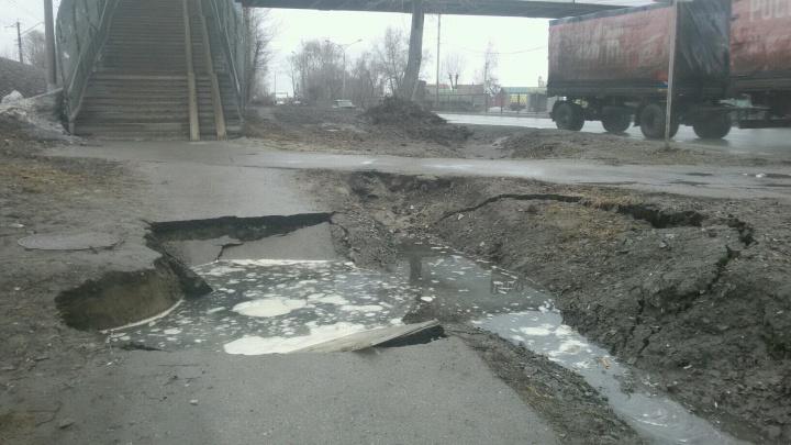 Тротуар у остановки на Бердском шоссе провалился в огромную яму