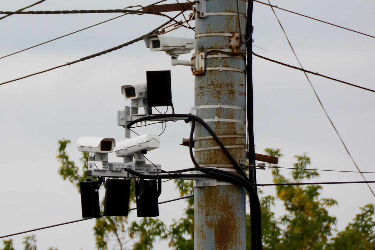 При проезде перекрёстков со стрелками камеры видеофиксации засчитывают проезд на запрещающий сигнал с момента, когда стрелка гаснет после трёх секундных миганий