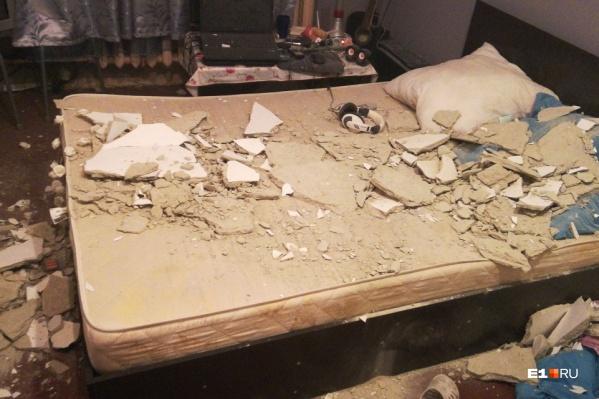 Девушка спала на кровати, когда потолок начал осыпаться